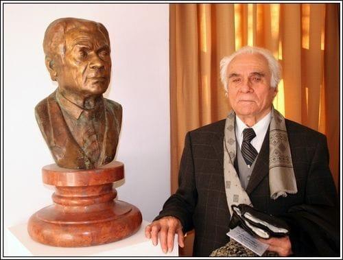 Dr. Dömötör János nyugalmazott múzeumigazgató a róla készült mellszoborral, Nagy Attila alkotásával 2005-ben, Fodor József festőművész jubileumi kiállításán. (Fotó: Dr. Spisák Lajos)